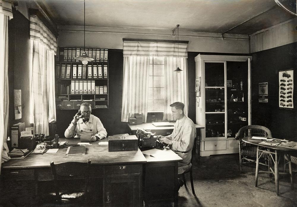 10-Büro-Herr-Weber-(links)-und-Mitarbeiter+